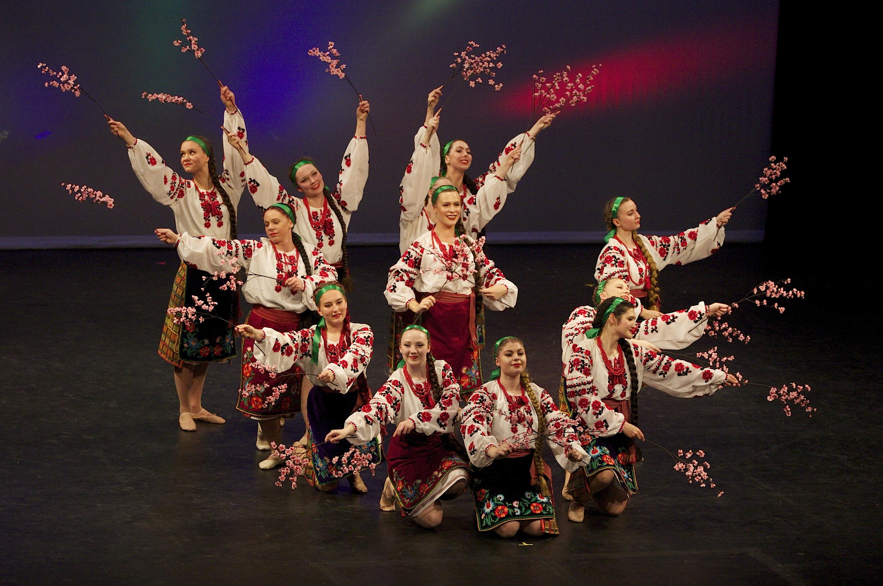 jeunes belles femmes ukrainiennes danse
