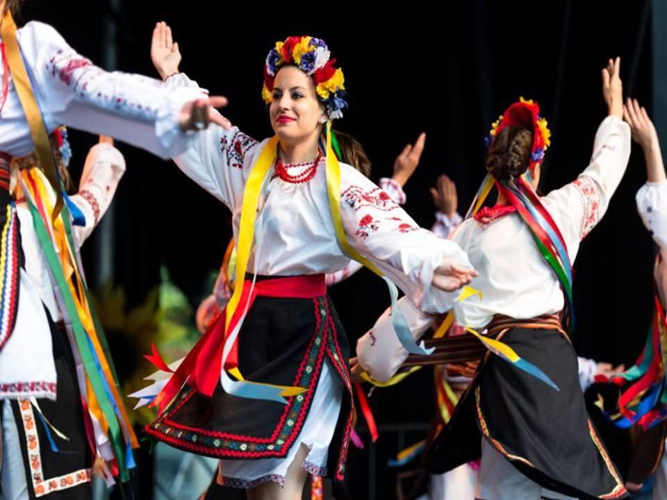 belles femmes ukrainiennes qui dansent